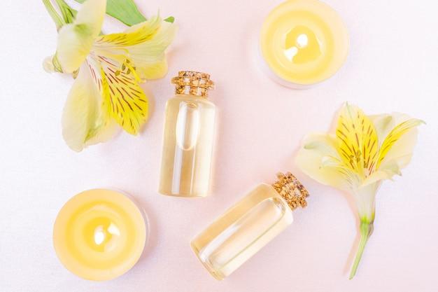 Botellas con aceite esencial floral en rosa