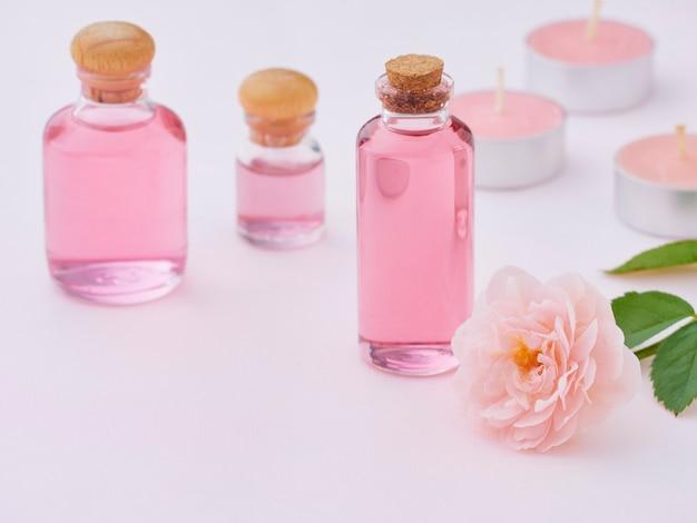 Botellas de aceite esencial de rosa