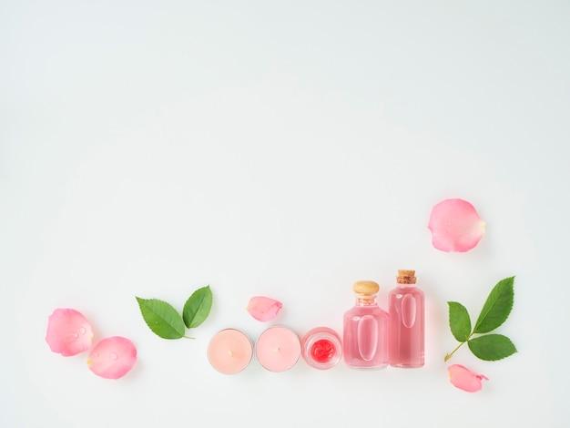 Botellas de aceite esencial y rosas