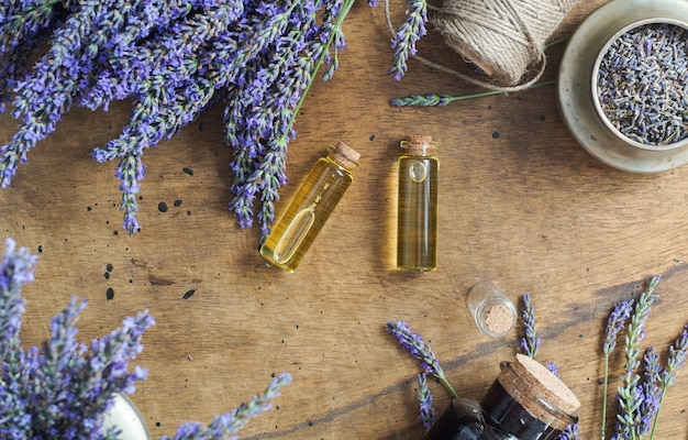 Botellas de aceite de lavanda, concepto cosmético de hierbas naturales con flores de lavanda flatlay