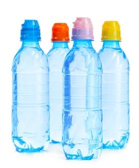 Botellas de agua mineral aisladas