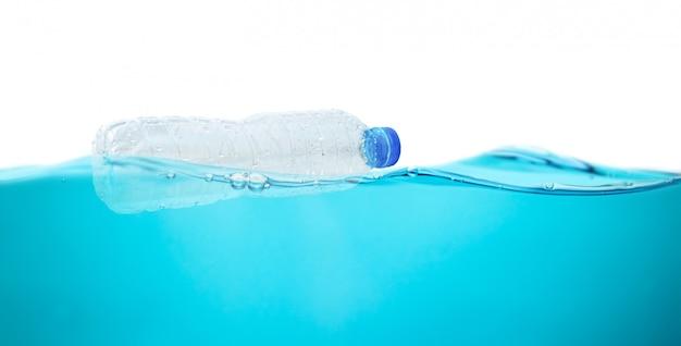 Botellas de agua de plástico en agua protección del medio ambiente