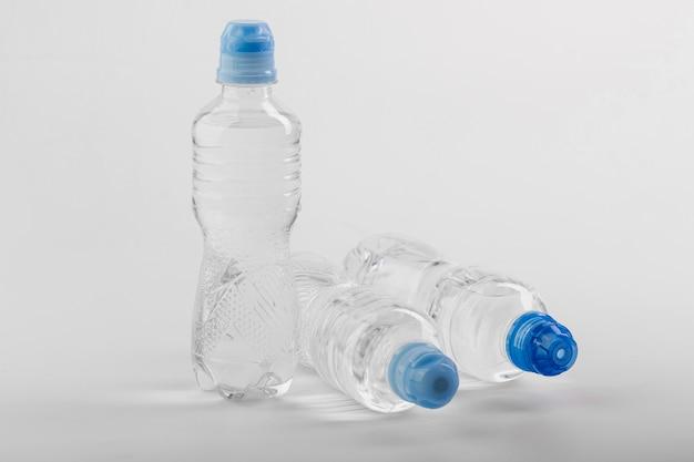 Botellas de agua de plástico con tapones azules Foto Premium