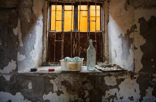 Botellas en el alféizar de la ventana