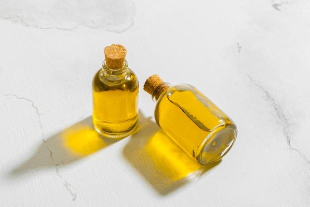 Botellas de alto ángulo con aceite natural.