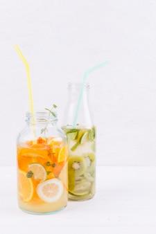Botellas de bebida de frutas en la mesa
