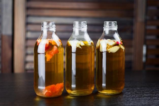 Botellas de bebida con sabor a manzana, pomelo y limón.