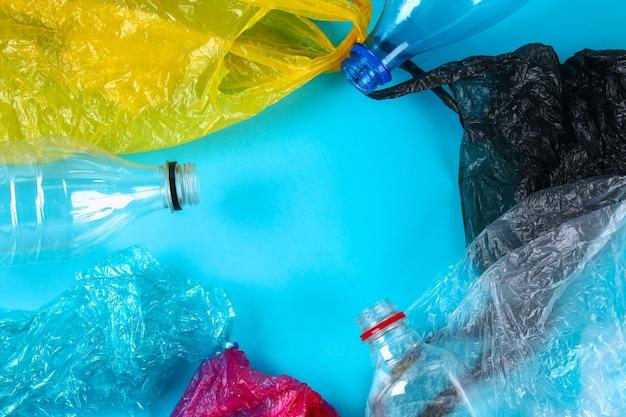 Botellas y bolsas de plástico usadas para reciclaje.