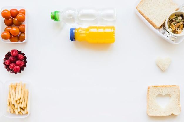 Botellas cerca de comida saludable