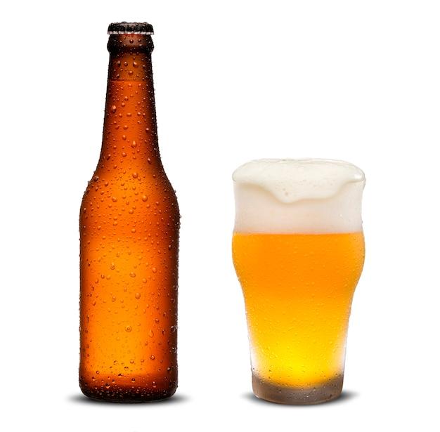 Botellas de cerveza de 300 ml y cerveza de vidrio con gotas sobre fondo blanco.