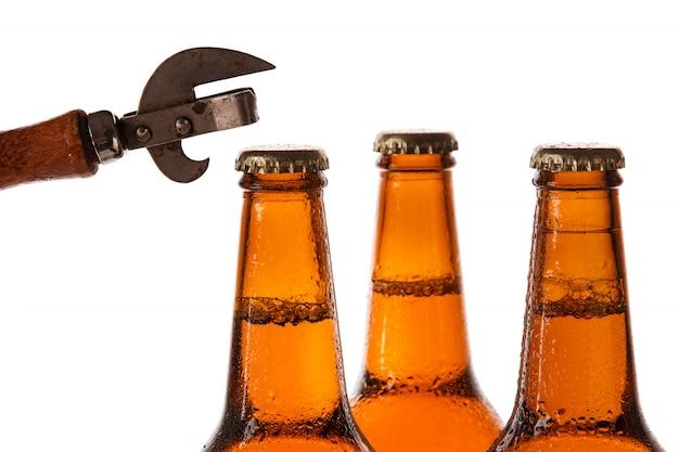 Botellas con cerveza y abridor vintage