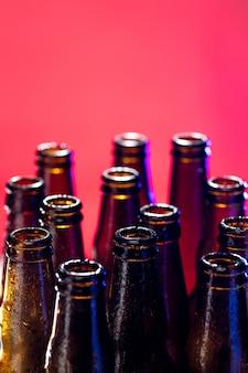 Botellas de cerveza de color neón. cerrar en brillante