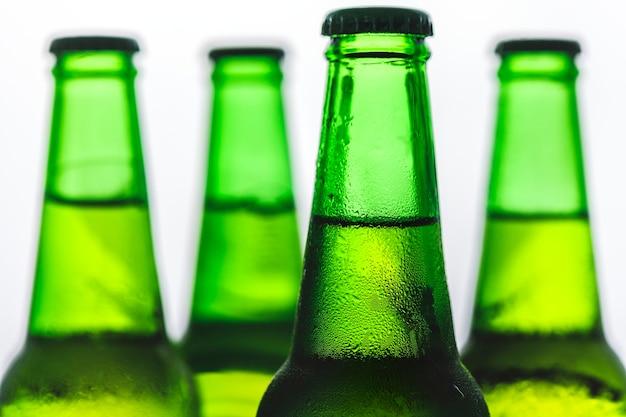 Botellas de cerveza fría fotografía macro