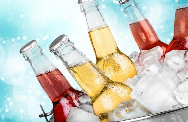 Botellas de cerveza fría y fresca con hielo aislado