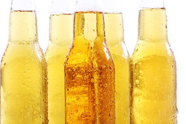 Botellas de cerveza fría y fresca.