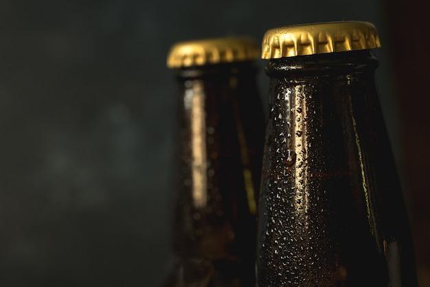 Botellas de cerveza fría con gotas