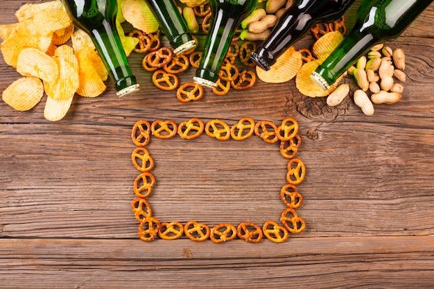 Botellas de cerveza con marco de pretzels