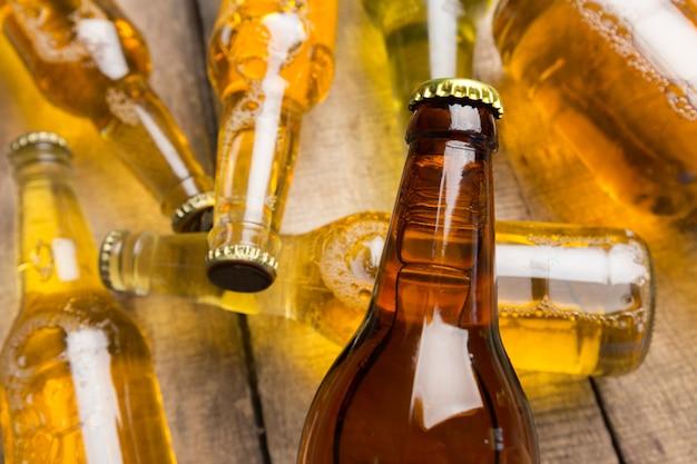 Botellas de cerveza en una mesa de madera.