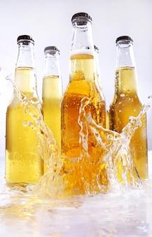 Botellas de cerveza con salpicaduras de agua.