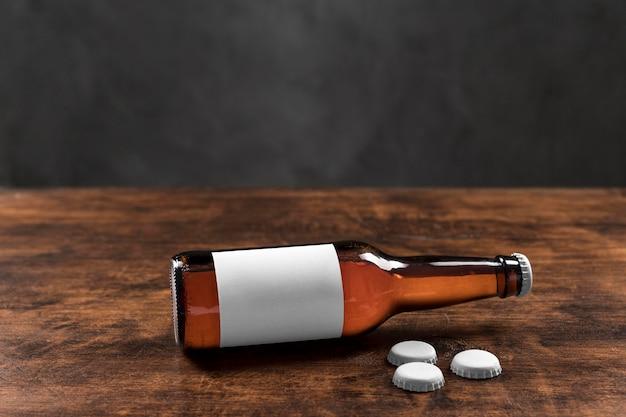 Botellas de cerveza de vista frontal con tapas