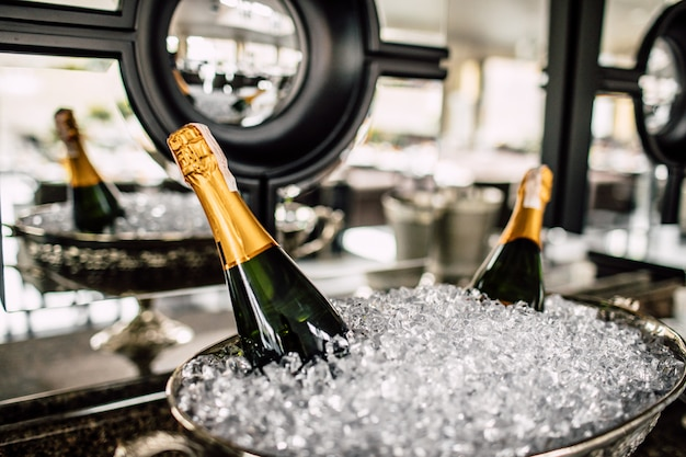 Botellas de champán en el refrigerador.