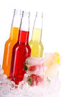 Botellas con cóctel colorido y hielo