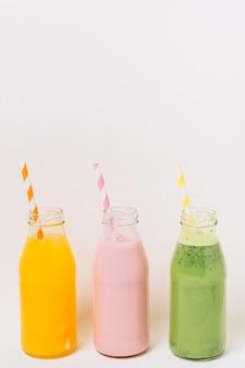Botellas coloridas con batidos de frutas.