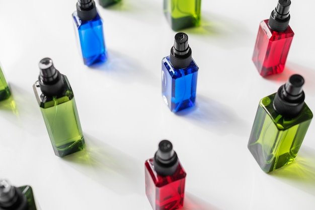 Botellas coloridas del aerosol aisladas en el fondo blanco