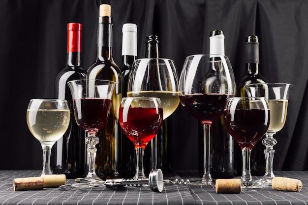 Botellas y copas de vino.