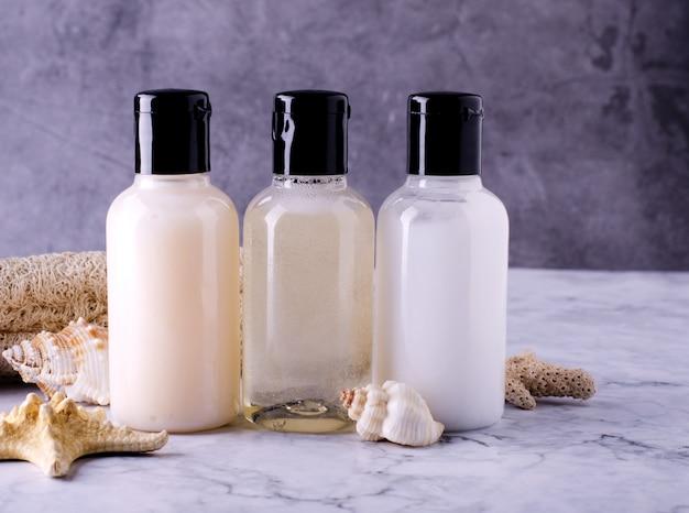Botellas cosméticas composición de botellas de champú, acondicionador y loción corporal.