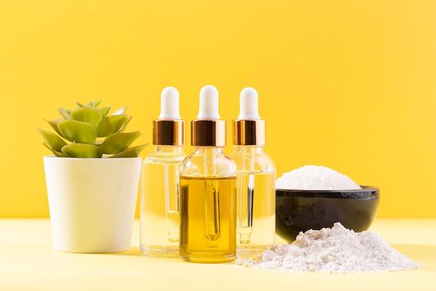 Botellas cosméticas y tazón con sales