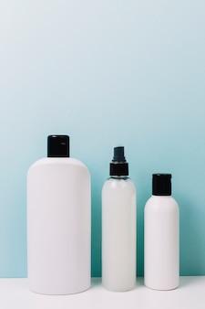 Botellas de cosméticos en blanco