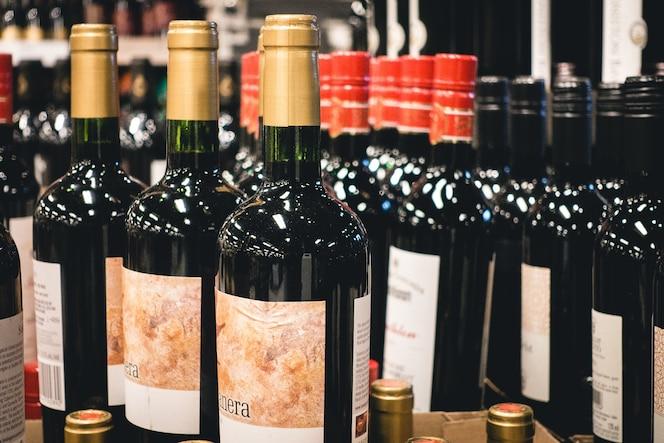 Botellas de vino tinto en una tienda