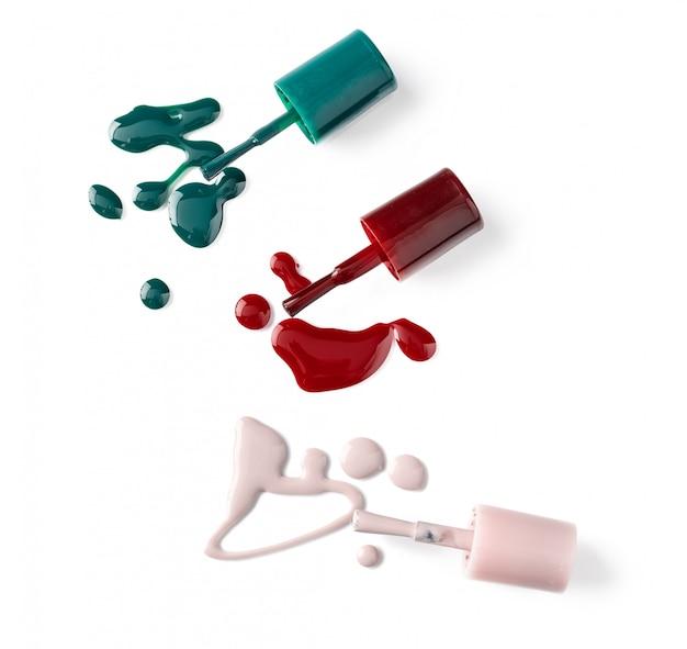 Botellas de esmalte de uñas de colores brillantes con goteos
