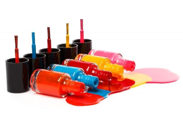 Botellas con esmalte de uñas derramado