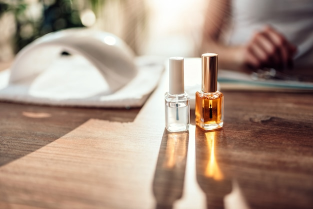 Botellas de esmalte de uñas y lámpara uv