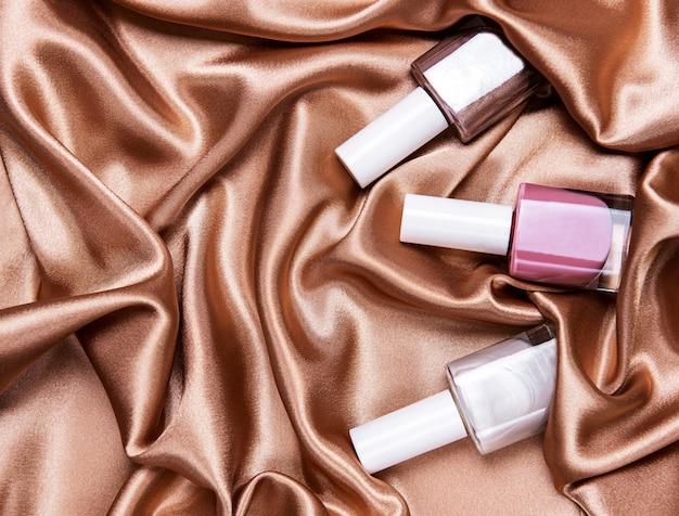 Botellas de esmalte de uñas en seda