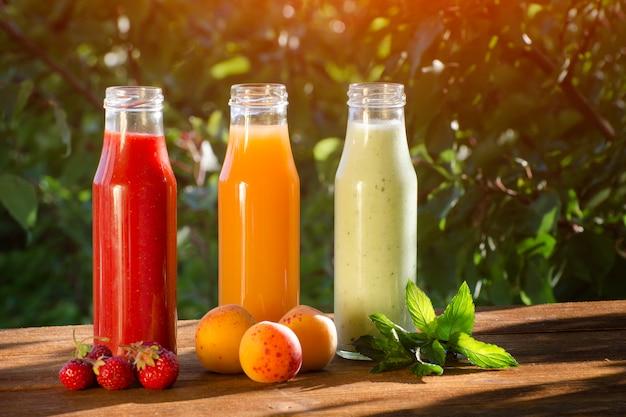 Botellas con jugo y frutas.