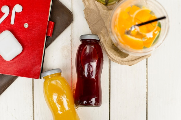 Botellas de jugo de vista superior en mesa