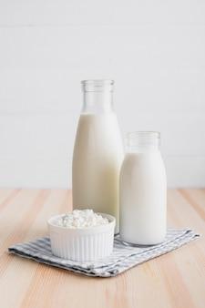 Botellas de leche con queso fresco.