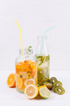 Botellas con limonada casera fresca.