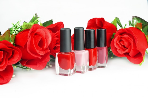 Botellas de moda con gel barniz rojo para uñas femeninas