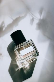 Botellas de perfume con etiquetas en blanco