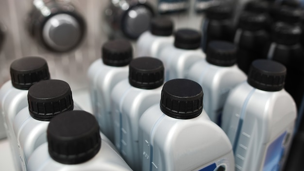 Botellas de plástico con aceite de motor en la tienda