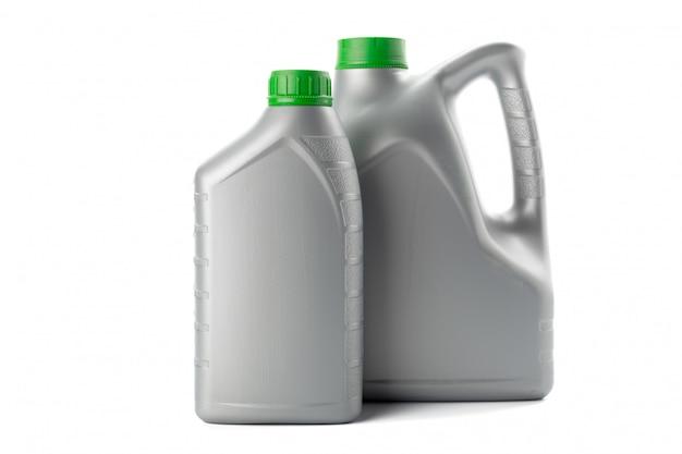 Botellas de plástico de aceites de automóviles aislados en blanco