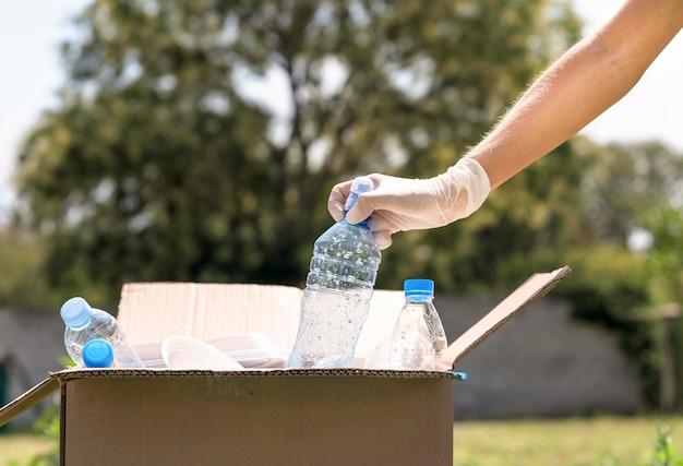 Botellas de plástico de reciclaje individual de primer plano