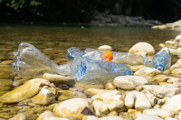 Botellas de plástico sucias en agua