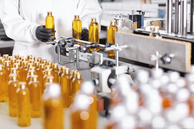 Botellas de plástico transparente llenas de sustancia amarilla.