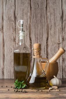 Botellas de primer plano de aceite de oliva orgánico.