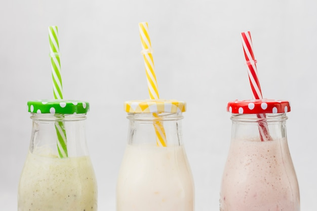 Botellas de smoothie con pajita